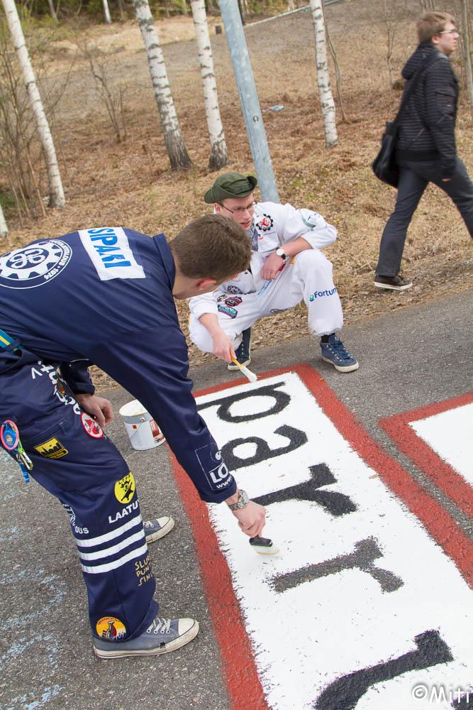 Reima Sipari(ex-PJ) ja Ilari Haikarainen(tiedottaja) jatkamassa pitkää perinnettä logonmaalaushommissa vappuna 2013
